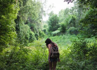 meisje op reis in bos