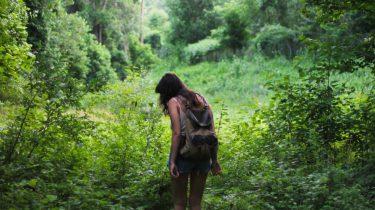 meisje aan het hiken in de natuur