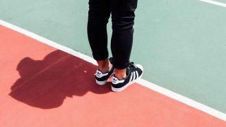 man op tennisbaan