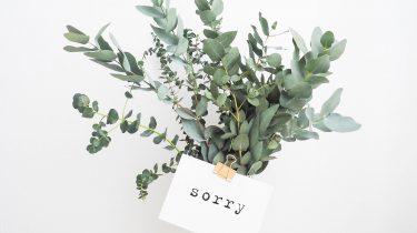 bosje bloemen met een excuusbriefje