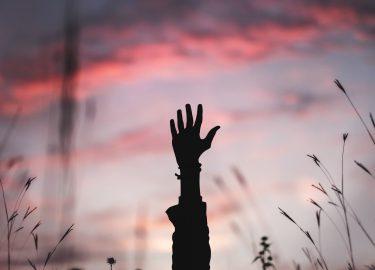 Hand in de lucht