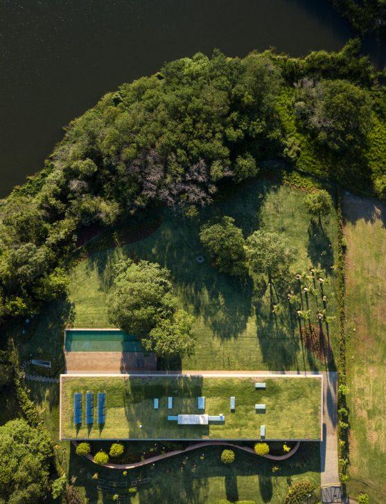 Foto van een huis met grasveld als dak