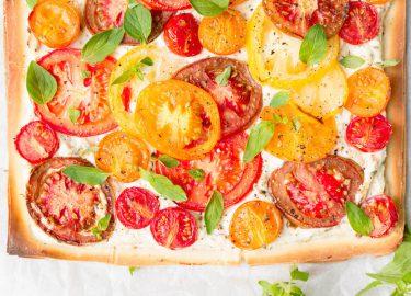 Foto van vegetarisch zomers tomatentaartje met ricotta