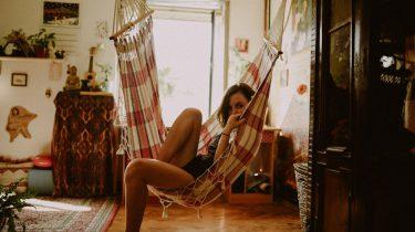Meisje in hangstoel