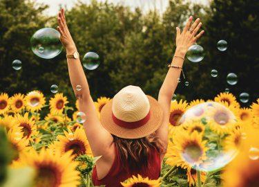 blij meisje in een bloemenveld