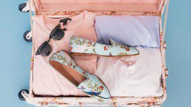 Koffer met kleurrijke kleding