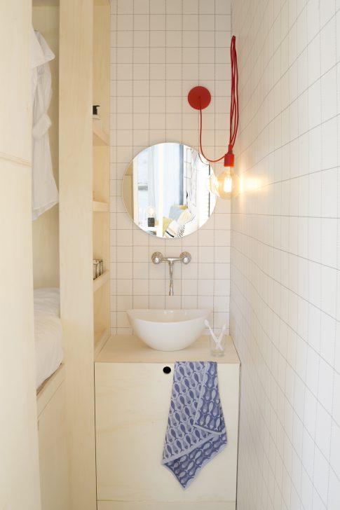 kleine badkamer met ronde spiegel