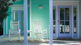 veranda met twee stoelen