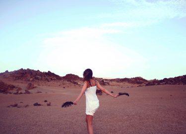 vrolijk meisje op het strand
