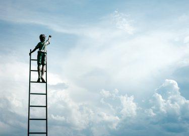 Jongetje in de lucht op een ladder