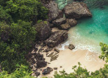 mooi strand met blauwe zee