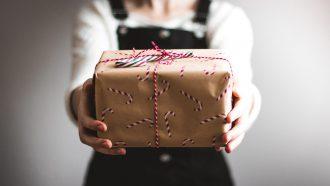 persoon met cadeautjes