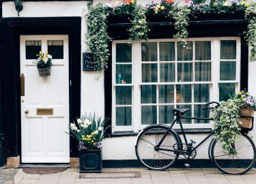 deur met fiets ervoor