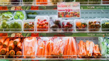 Groenten in plastic in de supermarkt