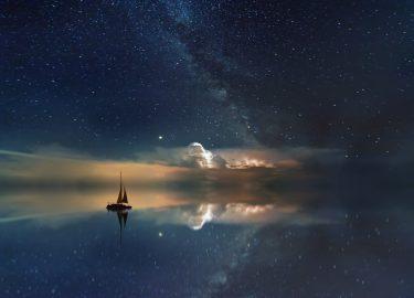 schip op het water aan de hemel