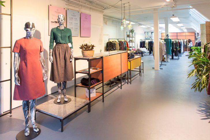 kledingwinkel met rekken