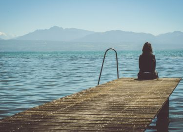 meisje op een pier