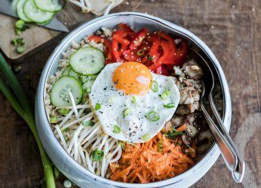 Een bowl met bibimbap met ei van SLA