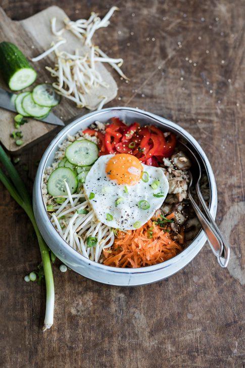Een bowl met bibimbap met ei