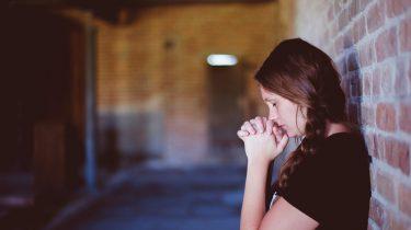 Foto van een meisje met paniekaanval