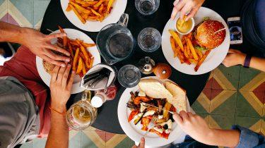 borden met friet en burgers