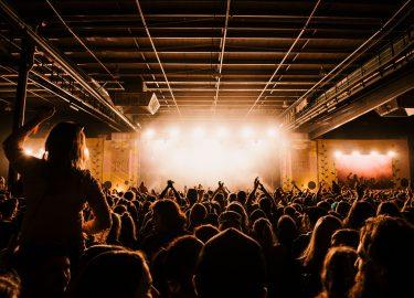 mensen dansen in een zaal