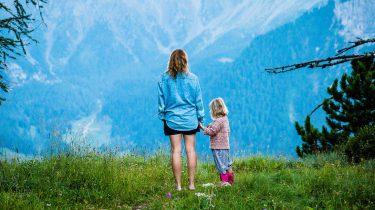 moeder en dochter op berg