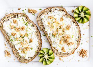 Broodjes met kaas en walnoten voor het Pioppi-dieet
