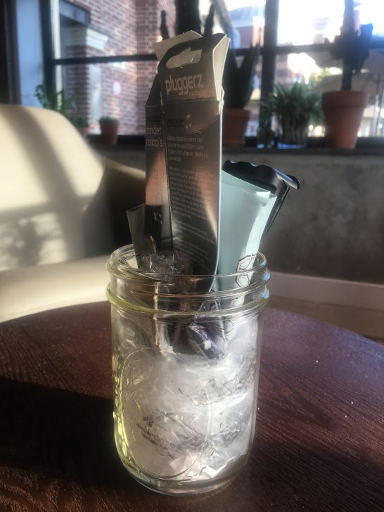 glazen potje met plastic afval