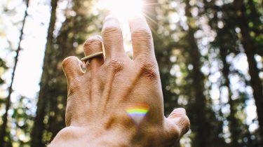 een hand waar licht op schijnt