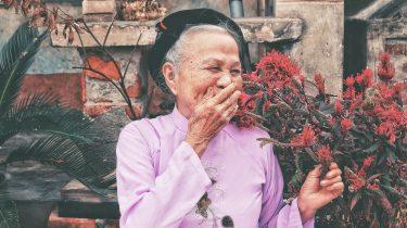 oude mevrouw lacht