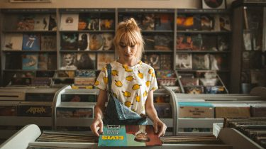 meisje in vinylwinkel