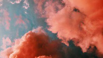 Roze wolken in de lucht