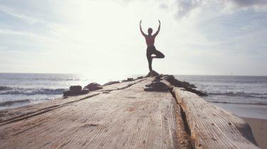 meisje doet yoga pose