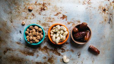noten en dadels in bakjes