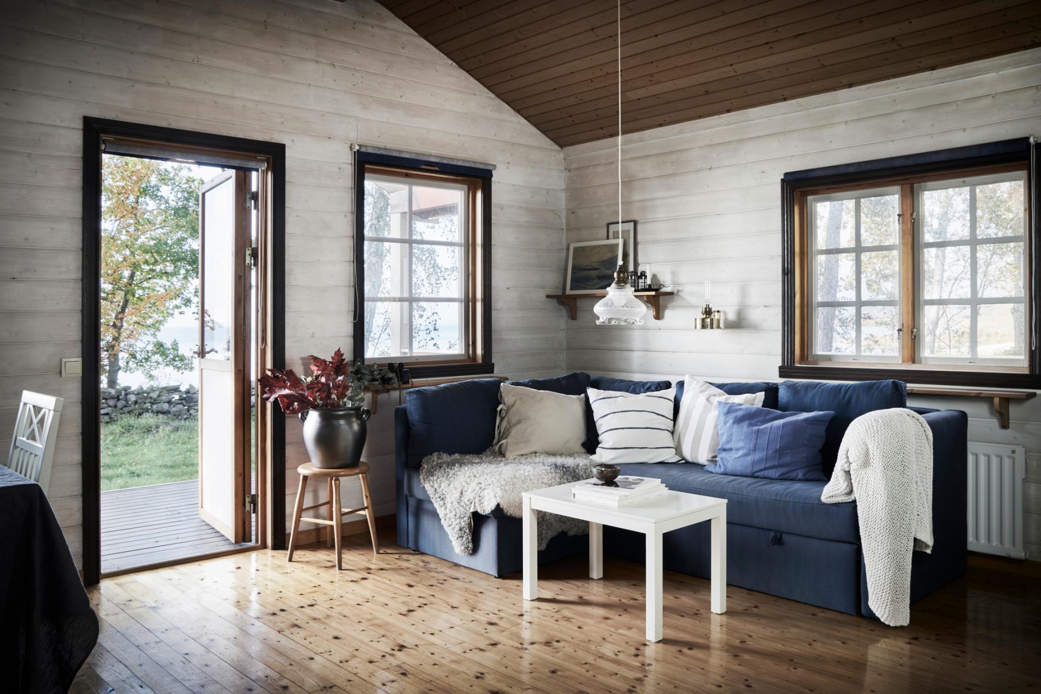 Gezellige Zweedse Woonkamer : Dit prachtige huisje in de natuur van zweden staat nú te koop bedrock