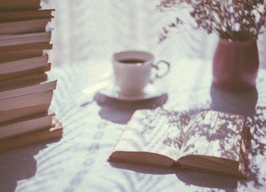 boek, planten en kopje koffie