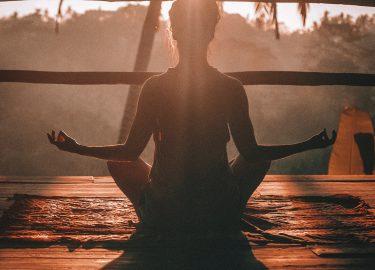 Meisje die yoga doet