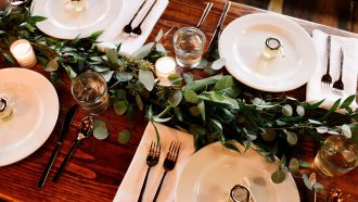 tafel vol borden en glazen
