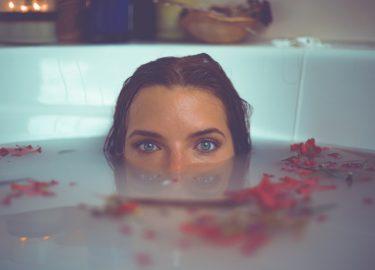 meisje in een bad met bloemen, keelpijn