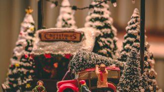 speelgoed poppetjes met een kerstboom, duurzame kerst, kerstcadeautjes