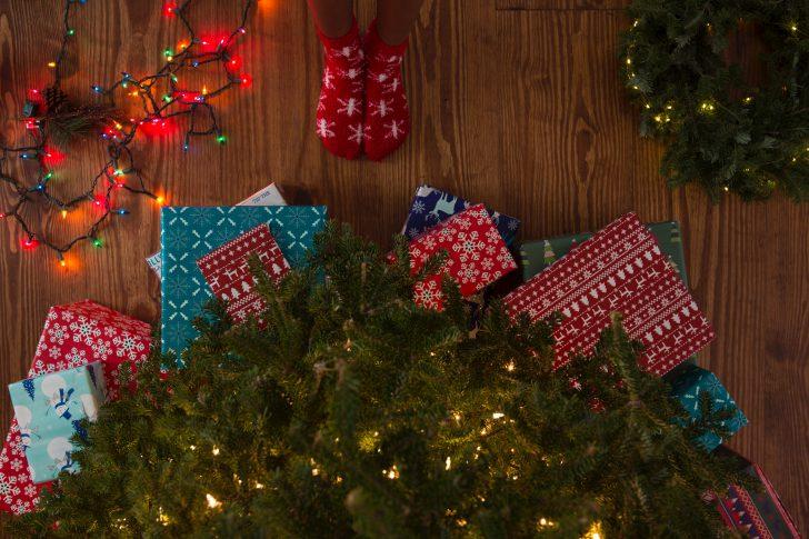 cadeaus onder een kerstboom