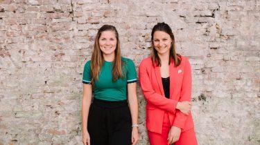 Suzanne en Chantal tegen ene muurtje