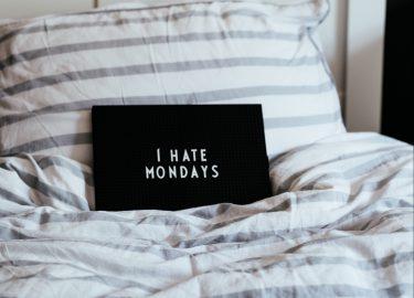 kussen met de tekst I hate Mondays erop