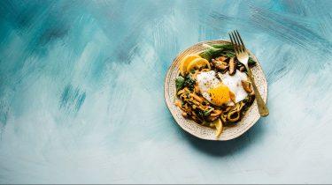 bord met vis en pasta