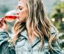 Vrouw met twee glazen wijn in haar hand