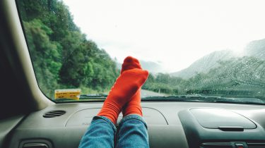 twee voeten in rode sokken