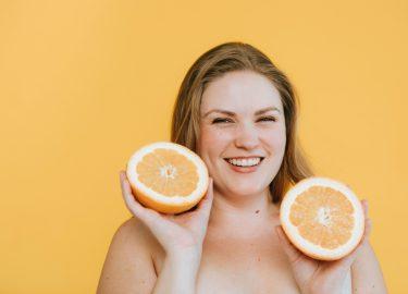 meisje met 2 halve sinaasappels