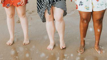 drie paar benen op het strand