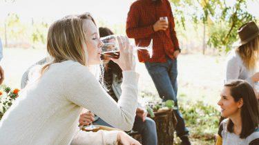 meisje drinkt rode wijn